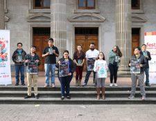 Voluntarios y organizadores del FIPQ están listos para recibir a los artistas y público en el Teatro Municipal de Quetzaltenango, donde el jueves será la inauguración oficial (Foto Prensa Libre: María José Longo).