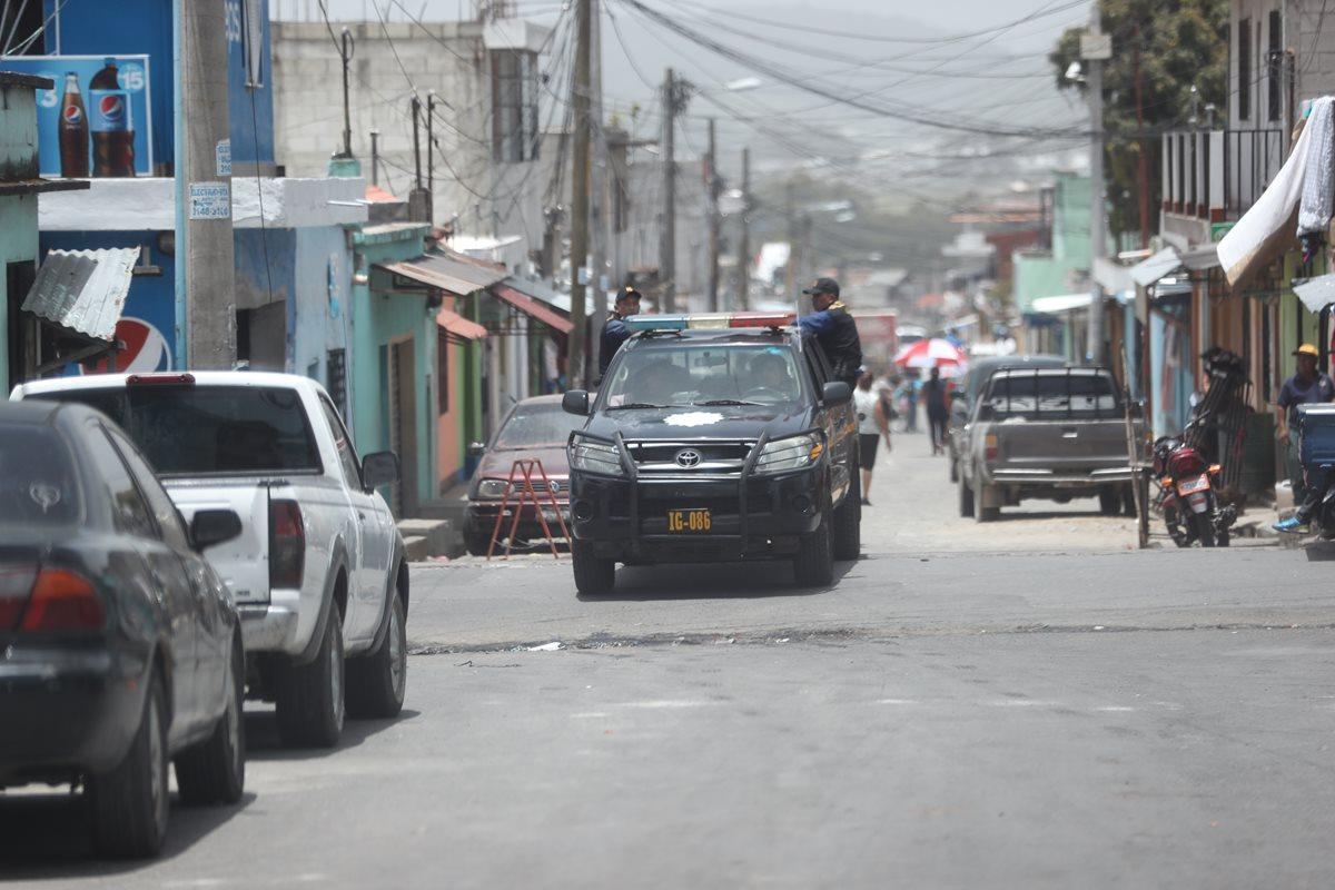 """Una patrulla circula en las calles de Bárcenas, Villa Nueva, después del aparecimiento de """"patrullas civiles"""". (Foto Prensa Libre: Érick Ávila)"""