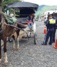 Agentes de Tránsito, durante un operativo en el parque central de Antigua Guatemala. (Foto Prensa Libre: Julio Sicán)