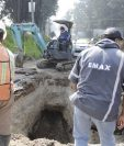 Trabajadores municipales empiezan trabajos de reparación de tuberías en la zona 8 de Xela. (Foto Prensa Libre: María José Longo)