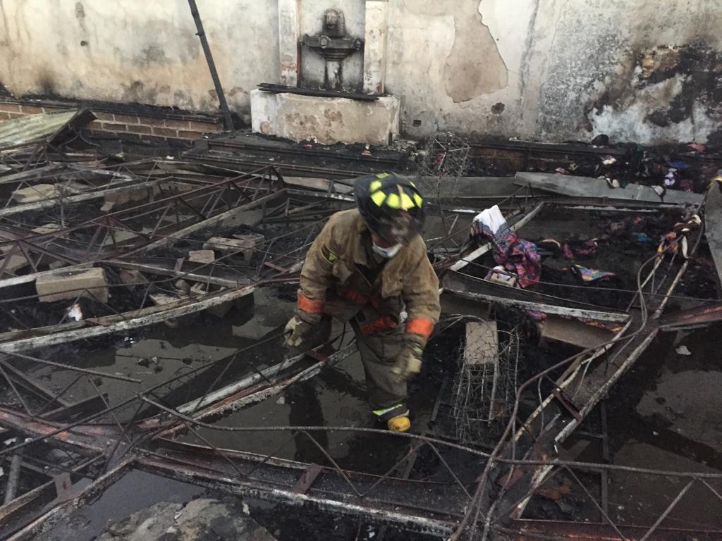 Socorristas descombran el área del incendio que esta madrugada redujo a cenizas varios locales en la Calle del Arco, Antigua Guatemala. (Foto Prensa Libre: Cortesía)