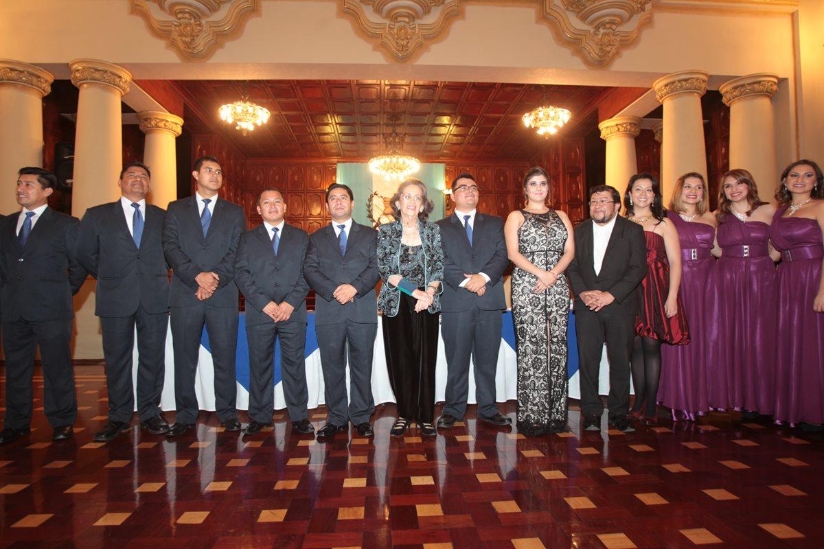 Algunos ganadores acompañan a María Eugenia Gordillo en la presentación del libro. (Foto Prensa Libre: Hemeroteca PL)