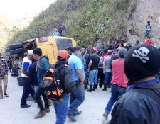 Un microbús volcó en la ruta de Tamahú a Cobán, Alta Verapaz. (Foto Prensa Libre: Cortesía)