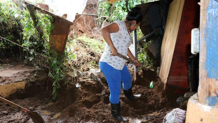 Una vecina de Santa Rosa, Santa Lucía Milpas Altas, Sacatepéquez, limpia el patio de su casa, luego de que fuera afectada por inundaciones. (Foto Prensa Libre: Julio Sicán)