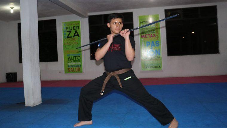 Sebastián Pereira Fajardo practica karate desde hace 10 años y tendrá su primera participación en un evento mundial. (Foto Prensa Libre: Raúl Juárez)
