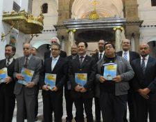 El libro contiene las conferencias dictadas por académicos con motivo del bicentenario de la Catedral Metropolitana. (Foto Prensa Libre: Ana Lucia Ola)