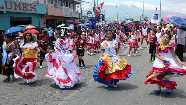 El desfile inició en el parque Benito Juárez, recorrió las principales calles hasta llegar al Centro de Ferias y Mercadeo de Quetzaltenango. (Foto Prensa Libre: Carlos Ventura)