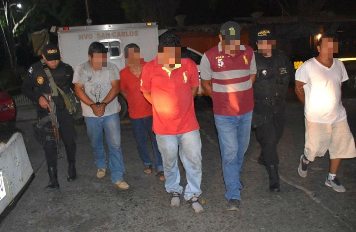 Cinco supuestos trabajadores del Ministerio de Salud fueron detenidos en la ambulancia que transportaba droga. (Foto Prensa Libre:)