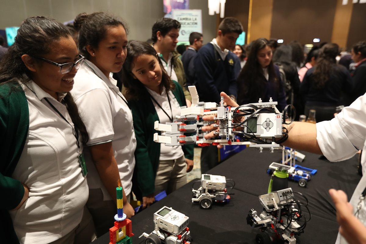 Representantes de distintas universidades ofrecieron información y material promocional a unos 900 alumnos de 15 centros educativos privados, que asistieron a la Feria Universitaria, organizada por la Revista Aula, de Prensa Libre.(Foto Prensa Libre: Esbin García).