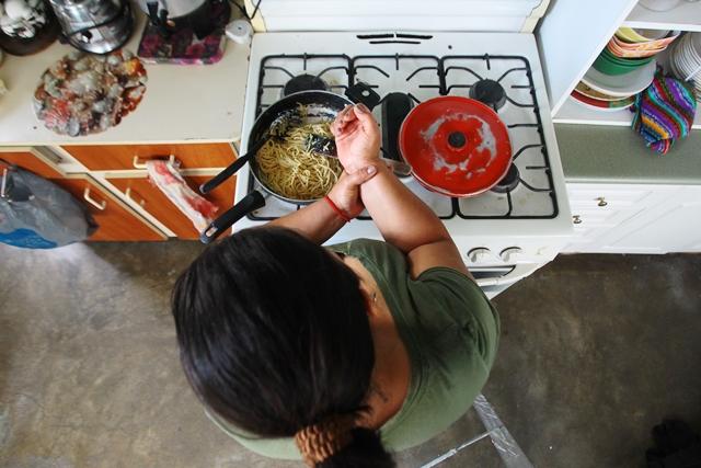 Nidia Diaz de López contrajo el virus del zika hace dos años y asegura que constantemente sufre de dolores articulares que le dificultan realizar sus quehaceres domésticos.(Foto Prensa Libre: Alvaro Interiano)