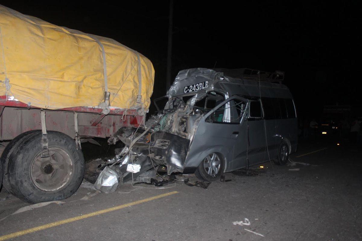 Mueren siete personas en accidente de microbús
