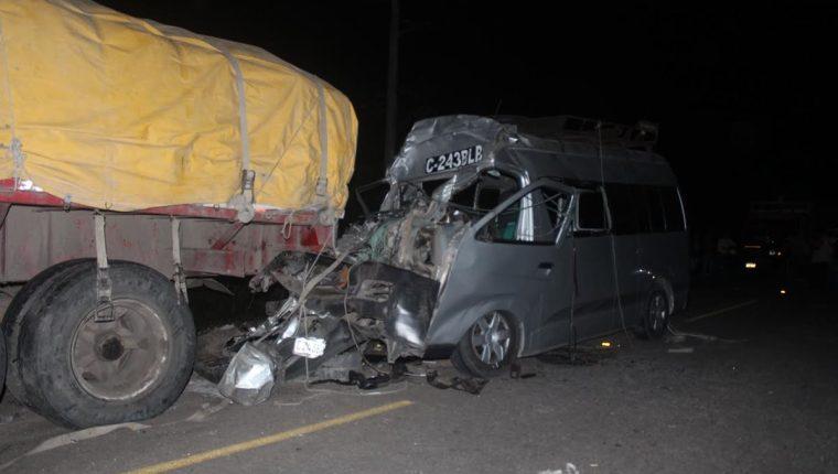 Microbús involucrado en accidente queda destruido, en la ruta entre San Francisco y La Libertad, Petén. (Foto Prensa Libre: Rigoberto Escobar)