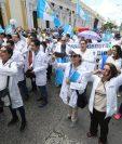 Profesionales de la salud han salido a las calles para exigir la dignificación salarial. El 25 de junio pasado fue la primera vez que alzaron su voz, pero hasta la fecha no han logrado que su petición sea aprobada. (Foto Prensa Libre: Hemeroteca PL)