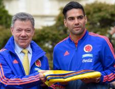El presidente Juan Manuel Santos le desea la mejor de la suerte a la Selección de Colombia de Falcao. (Foto Prensa Libre: EFE)