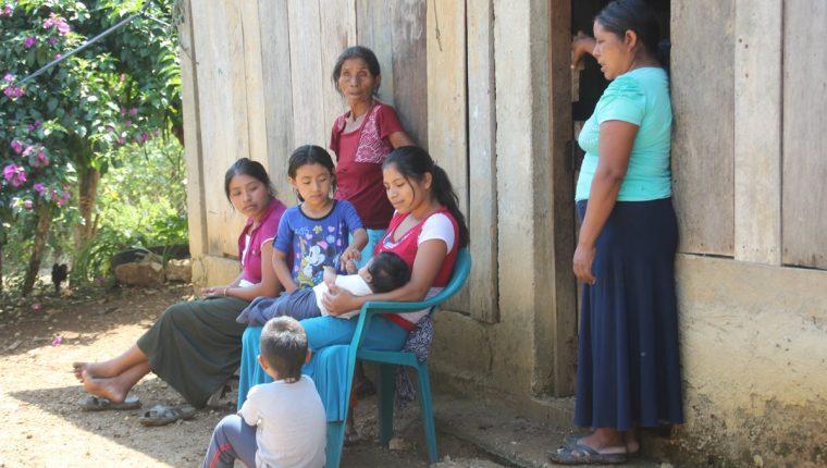 Una de las 74 familias de Nentón, Huehuetenango, que huyeron a Chiapas, México, donde viven en covachas. (Foto Prensa Libre: Mike Castillo)