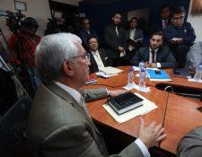 El diputado Oliverio García Rodas utilizó la Constitución Política de la República de Guatemala y la Ley del Organismo Judicial para hacerle ver a Jorge Mario Véliz, presidente de la Fedefut, las ilegalidades en las que estaba cayendo (Foto Prensa Libre: Edwin Fajardo)