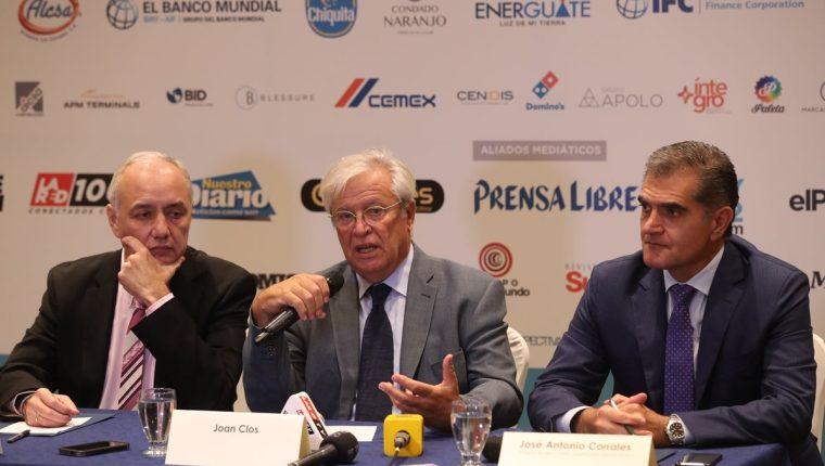 Juan Carlos Paiz, presidente de Fundesa, Joan Clos, Exalcalde de Barcelona y José Antonio Corrales, presidente del comité organizador del Enade 2018. (Foto Prensa Libre: Esbin García)