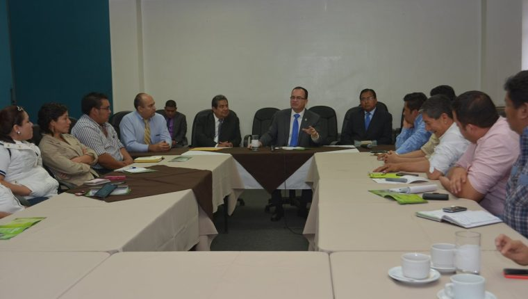 Mario Méndez ministro del Maga reunido con extensionistas rurales.