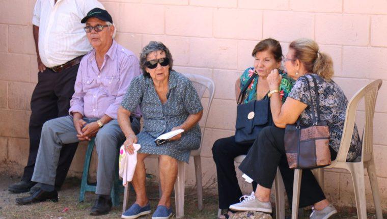 Cuarenta jubilados afectados por no poder hacer el trámite de su pensión por la falta de gobernador exigen respuestas a sus demandas. (Foto Prensa Libre: Mario Morales)
