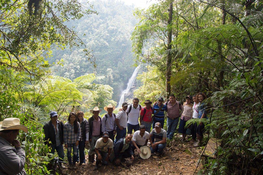 Autoridades y vecinos realizan una visita al Salto de Chilascó, en Salamá, luego de que se logró acuerdo. (Foto Prensa Libre: Carlos Grave).