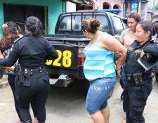 Agentes de la PNC trasladan a tres mujeres caputuradas en San Pablo Jocopilas, Suchitepéquez. (Foto Prensa Libre: Cristian Icó Soto)