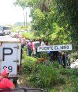 Autoridades examinan el lugar donde fue hallado un cadáver son señales de torutura, en Santa Cruz Munluá. (Foto Prensa Libre: Rolando Miranda)