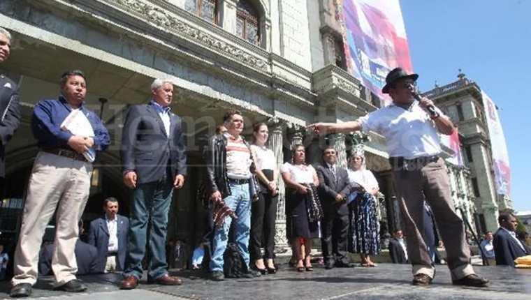 En el 2014, Pedro Esquina -con micrófono- elogia y agradece al presidente Otto Pérez Molina por el pago de la deuda agraria. (Foto Prensa Libre: Hemeroteca PL)