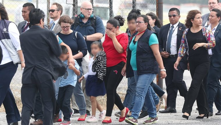Familias guatemaltecas deportadas el pasado 10 de julio. La PDH y la Casa del Migrante denunciaron que sufrieron tortura psicológica. (Foto Prensa Libre: Óscar Rivas)