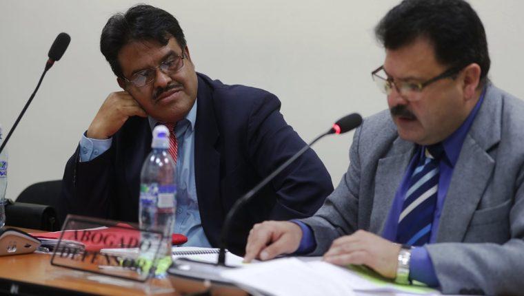 El exfiscal, Braulio Rodríguez Alfaro (Izq), enfrentará juicio por simulación del delito y obstrucción a la justicia. (Foto Prensa Libre: Mynor Toc)