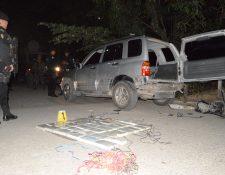 Autoridades contabilizan los paquetes de droga hallados en el interior de un vehículo en Río Hondo, Zacapa. (Foto Prensa Libre: Víctor Gómez)