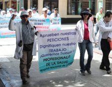 Los médicos han salido a las calles para demandar mejoras salariales. (Foto Prensa Libre: Juan Diego González)
