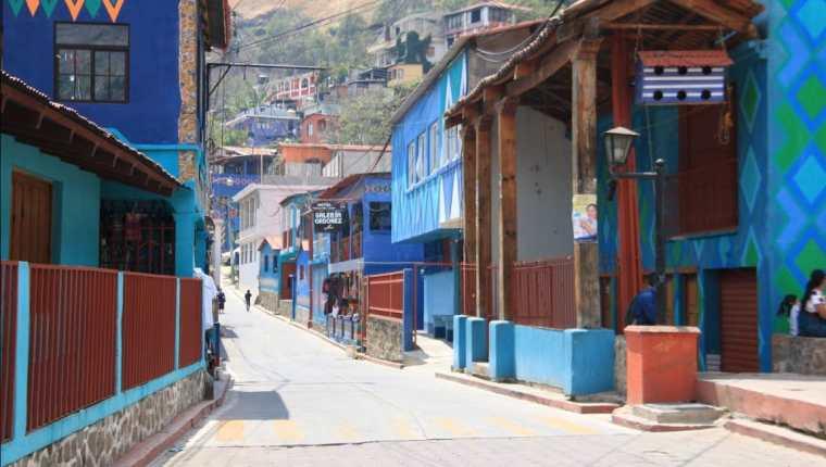 Las calles de Santa Catarina Palopó han sido pintadas con vistosos colores y diseños. (Foto Prensa Libre: Inguat)