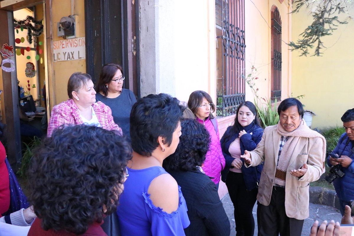 Ramón Yax Lainez informa a los maestros que era su ultimo día de labores ya que había sido destituido del cargo como supervisor de educación. (Foto Prensa Libre: María Longo)