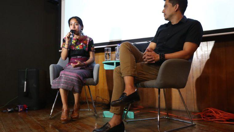 """María Mercedes Coroy cuenta cómo fue su participación en la película """"Bel Canto"""". Le acompaña el cineasta Jayro Bustamante. (Fotos Prensa Libre, Brenda Martínez)."""