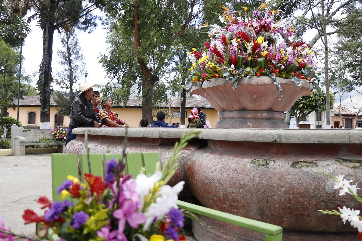 Personas de todas partes del país llegaron al Festival de las Flores, en Antigua Guatemala. (Foto Prensa Libre: Nery Gálvez)