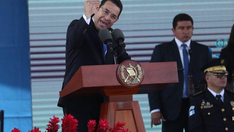 El presidente Jimmy Morales ofrece su discurso por el 21 aniversario de la Policía Nacional Civil. (Foto Prensa Libre: Esbin García)