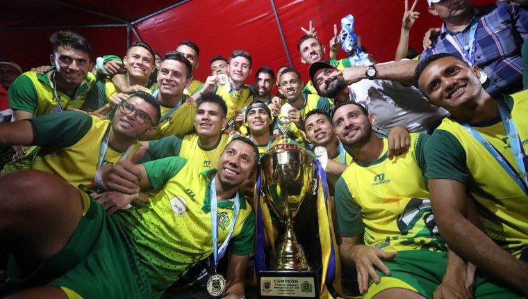 Los jugadores de Guastatoya posan para las cámaras durante la celebración del título del Clausura 2018. (Foto Prensa Libre: Jorge Ovalle)
