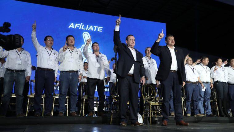 Alejandro Giammattei es proclamado como candidato presidencial por el partido Valor junto a su vicepresidenciable Guillermo Castillo. (Foto Prensa Libre: Juan Diego González)