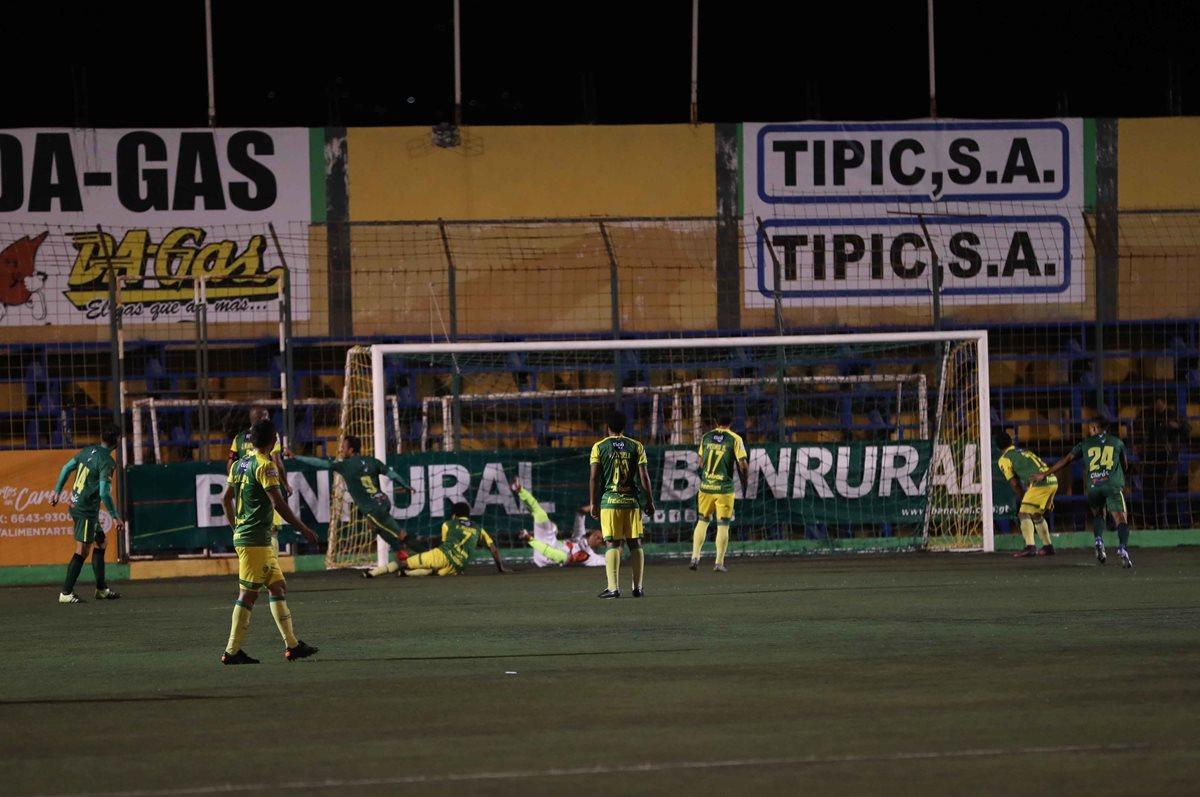 La pelota está en el fondo del arco de Petapa, mientras que Ángel Rodríguez (9) inicia el festejo. (Foto Prensa Libre: Jorge Ovalle)