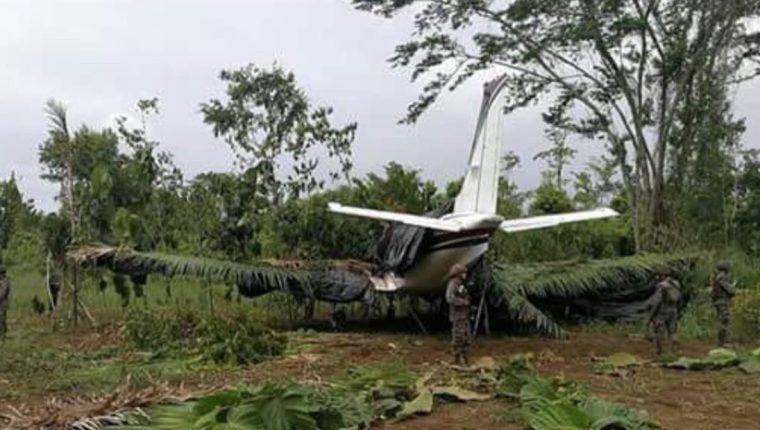 La avioneta fue abandonada entre los matorrales de Arroyo del Delgado, El Zompopero, San Luis, Petén. (Foto Prensa Libre:)