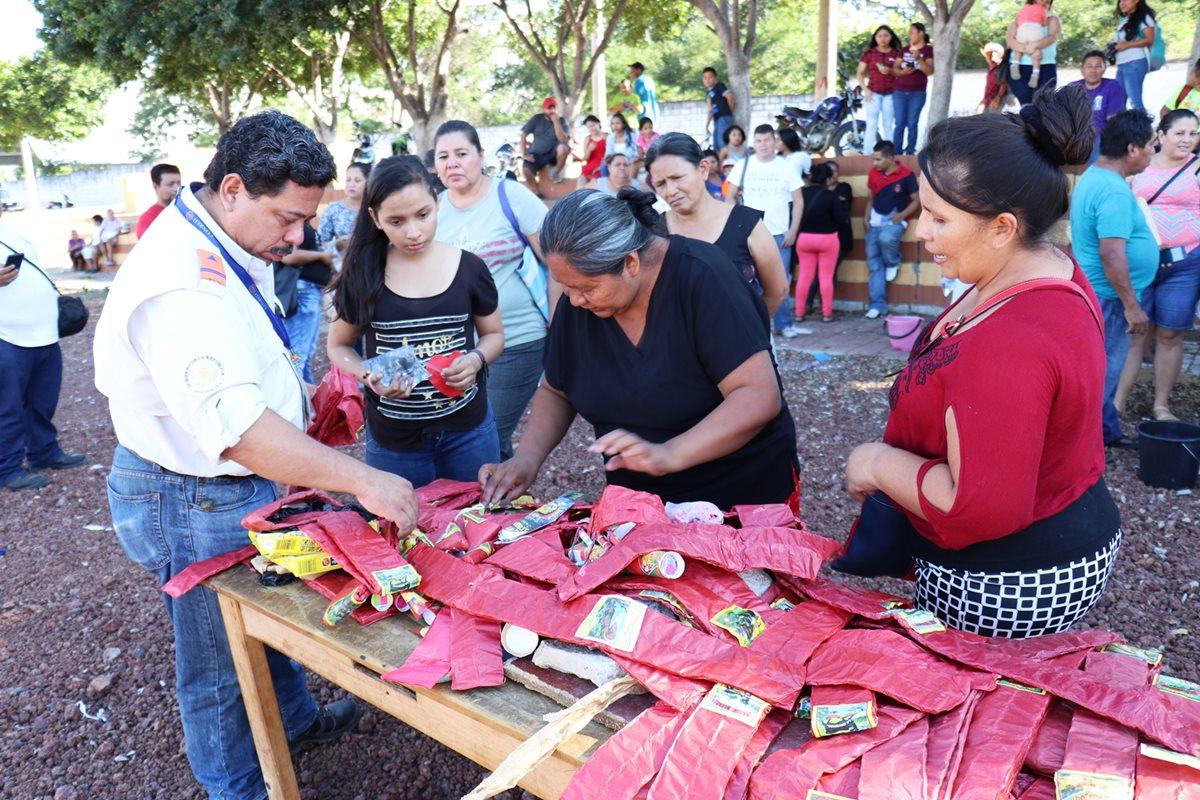 Jorge Pacheco, delegado de la Conred, hace recomendaciones a vendedoras de pirotecnia. (Foto Prensa Libre: Mario Morales)