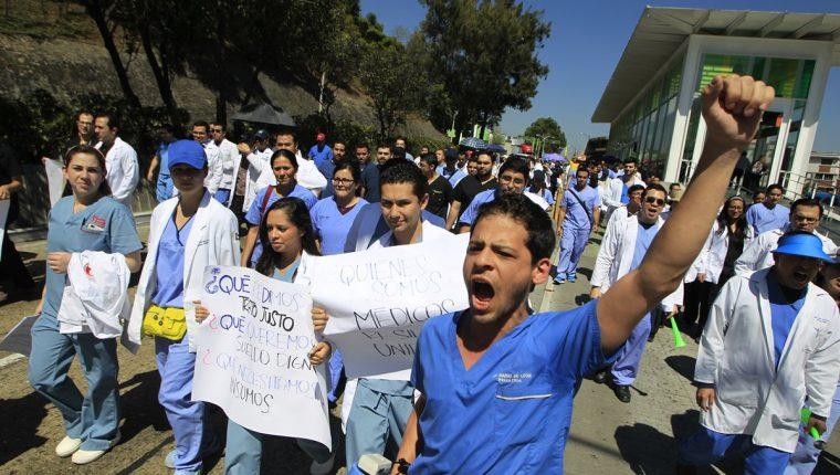 Los médicos tiene un sueldo base que ronda los Q3 mil 700, más bonificaciones, por laborar en una jornada de ocho horas. (Foto Prensa Libre: Hemeroteca PL)