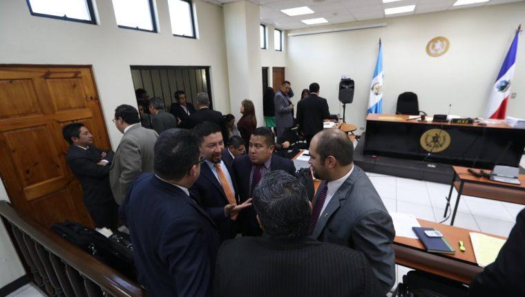 Abogados de los detenidos en el caso Corrupción en Xela conversan sobre la suspensión de la audiencia en el Juzgado de Mayor Riesgo y la incomparencia de la jueza Carmen Lopéz. (Foto Prensa Libre: Mynor Toc)