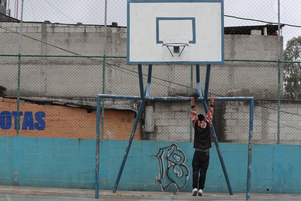 Pandilleros dejan pintas en campos deportivos y de entretenimiento en la colonia El Limón, zona 18 de la ciudad de Guatemala. (Foto HemerotecaPL)