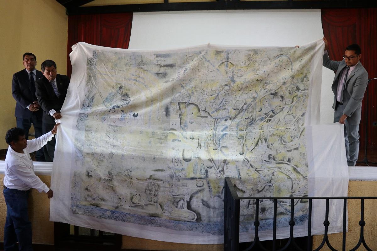 Integrantes del Concejo y Laura Matthew muestran la réplica del lienzo en el auditorio municipal. . (Foto Prensa Libre: Julio Sicán)