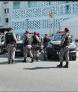 Un grupo de policías supervisa el área luego de la explosión. (Foto Prensa Libre: Jeniffer Gómez)