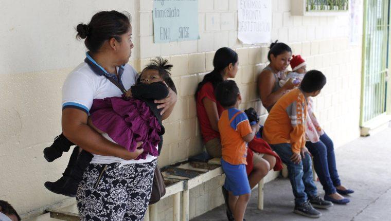 Mujeres con hijos en el centro de Salud de la zona 18. (Foto Prensa Libre: Paulo Raquec)