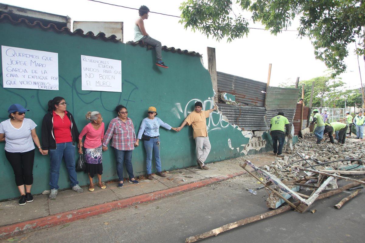Vecinos de la colonia Eureka se oponen a que la municipalidad derribe el muro perimetral. (Foto Prensa Libre: Érick Ávila)