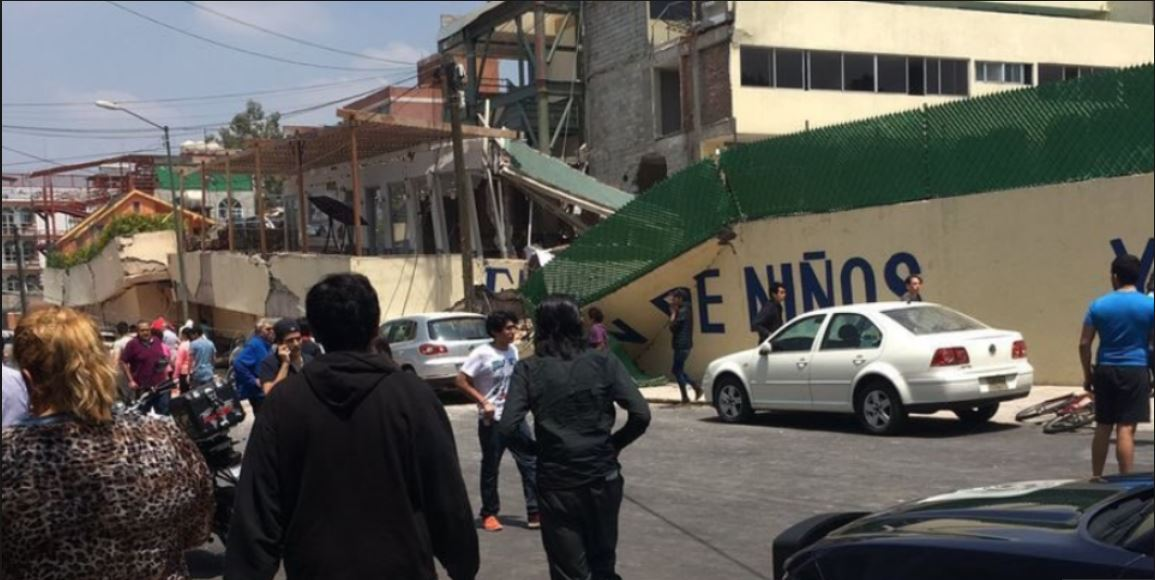 Niños y personal del Colegio Rébsamen quedaron atrapados entre los escombros luego del terremoto de ayer de 7.1 grados en México. (Foto Prensa Libre: www.sopitas.com)