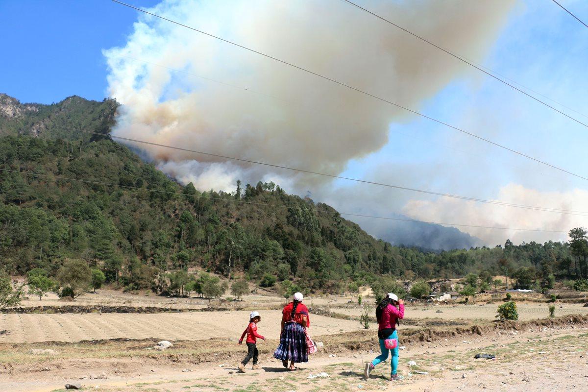 Vista del incendio que amenaza con extenderse a zona residencial en área rural de Xelajú. (Foto Prensa Libre: Carlos Ventura)